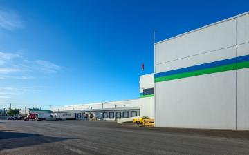 Exterior photo of Lineage's Tacoma facility loading dock