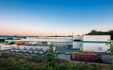 Exterior photo of Lineage's Tacoma facility at dusk with Mt. Rainier in the background