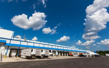 Exterior photo of Lineage's Charleston facility loading dock