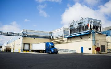 Exterior photo of Lineage's Oxnard facility